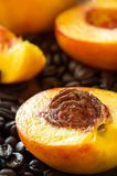 Fruits organiques de nectarines juteuses mûres entiers et tranche sur le café b photos libres de droits