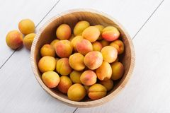 Fruits organiques mûrs d'abricots dans la cuvette en bois d'arbre de cendre images stock