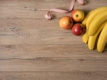 Fruits pomme et bananes, et centimètre sur la table en bois, vue supérieure, flatlay images libres de droits