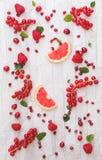 Fruits rouges entiers et coupés en tranches frais images stock