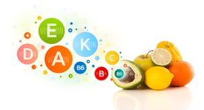 Fruits sains avec des symboles et des icônes colorés de vitamine Photos stock