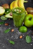 Fruits sains et un verre de cocktail de kiwi sur un fond en pierre gris-foncé Ingrédients juteux pour des régimes de vegan image stock