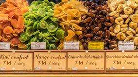 Fruits secs étant vendus au marché de Noël de Sibiu en Roumanie images libres de droits