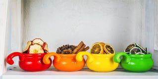 Fruits secs dans des tasses colorées Photos stock
