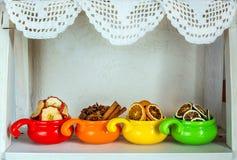Fruits secs dans des tasses colorées Photo stock
