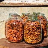 Fruits secs dans le pot de trois-litre Pommes sèches, coupe en slic image libre de droits