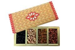 Fruits secs et boîte-cadeau d'écrous Photo libre de droits