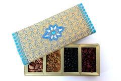Fruits secs et boîte-cadeau d'écrous Photos stock