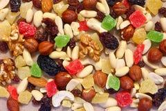 Fruits secs sur le papier non blanchi M?lange de dessert images stock