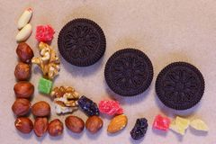 Fruits secs sur le papier non blanchi M?lange de dessert photographie stock