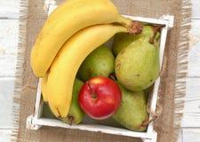Fruits sur le fond de tissu et en bois Photo stock