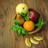 Fruits sur le plat en bois Image stock