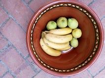 Fruits sur le pot d'argile Image stock