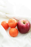 Fruits sur le tissu blanc Photos libres de droits