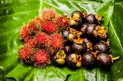 Fruits sur une feuille photographie stock
