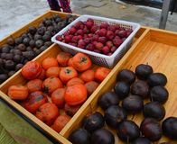 Fruits surgelés au marché local photo stock