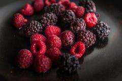 Fruits surgelés d'un plat noir photographie stock