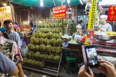 Fruits thaïlandais - durians sur les étagères Chinatown à Bangkok Images libres de droits