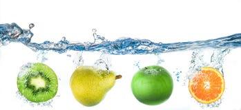 Fruits tombant dans l'eau Images libres de droits