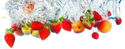 Fruits tombant dans l'eau Image libre de droits