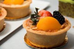 Fruits tropicaux assortis par tarte fraîche de fruit de table Photo libre de droits