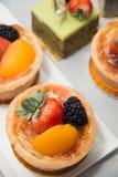 Fruits tropicaux assortis par tarte fraîche de fruit de table Photographie stock libre de droits