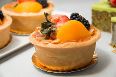 Fruits tropicaux assortis par tarte fraîche de fruit de table Images stock