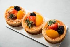 Fruits tropicaux assortis par tarte fraîche de fruit de table Photo stock