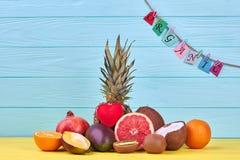 Fruits tropicaux assortis sur le fond de couleur Photos stock