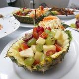 Fruitsalade in Ananasfruit stock foto