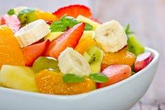 Fruitsalade in de kom Stock Afbeeldingen