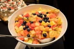 Fruitsalade in een Kom bij een heerlijk gericht buffet stock afbeeldingen