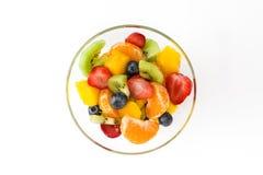 Fruitsalade in geïsoleerde kristalkom stock afbeeldingen