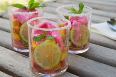 Fruitsalade met aardbeiroomijs Stock Afbeelding