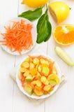 Fruitsalade met cornflakes op witte houten lijst stock foto