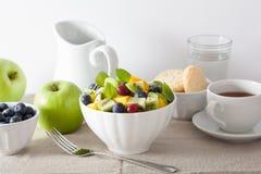Fruitsalade met de bosbes van de mangokiwi voor ontbijt royalty-vrije stock foto