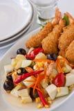 Fruitsalade met gefrituurde garnalen Stock Foto