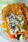 Fruitsalade met gefrituurde garnalen Stock Afbeeldingen