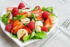 Fruitsalade met saladegreens Royalty-vrije Stock Foto's