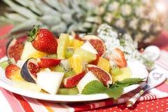 Fruitsalade op de achtergrond van verse ananas Stock Afbeelding
