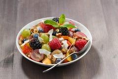 Fruitsalade op een houten lijst Blauwe overzees op de achtergrond royalty-vrije stock foto