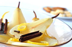 Fruitsalade, peer en pijpjes kaneel Royalty-vrije Stock Fotografie
