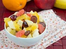 Fruitsalade van banaan, sinaasappel, druiven en appelen Royalty-vrije Stock Foto