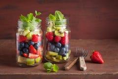 Fruitsalade in van de de aardbeibosbes van de metselaarkruik de munt van de de kiwiappel royalty-vrije stock foto's