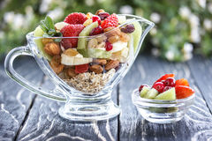 Fruitsaladeclose-up met bessen, yoghurt en granola in een glasboog Royalty-vrije Stock Afbeeldingen