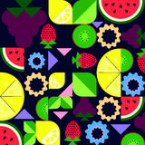 fruitsamenstelling op een donkere achtergrond met vereenvoudigde druiven Stock Foto's