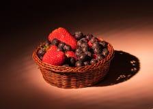 Fruitsbasket na luz suave Imagens de Stock