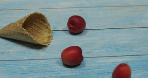 fruitseizoen Fruitroomijs Abrikoos in een wafel op een blauwe houten achtergrond stock footage
