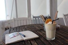 Fruitshake in caffè, diario di viaggio fotografia stock libera da diritti
