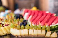 Fruitsnacks op de banketlijst Stock Foto's